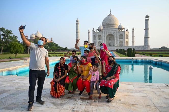 Tourists found the Taj Mahal in Agra (India) on June 16, 2021.