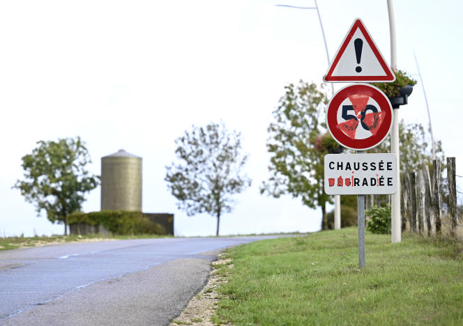 A road sign tagged by opponents of the nuclear waste landfill project, in Bure (Meuse), in October 2020.