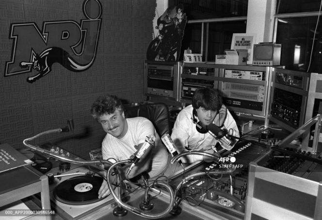 In the recording studio of free radio NRJ, the two main animators, Mitsou (on the left)) and Marc Scalia, opened the antenna on December 4, 1984, in Paris.